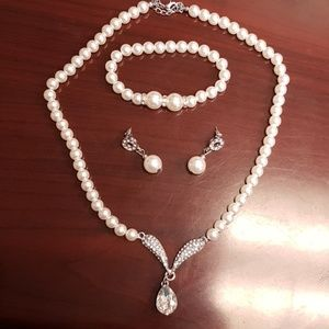 💕2 FOR $15💕 3 Piece Faux Pearl Jewelry Set